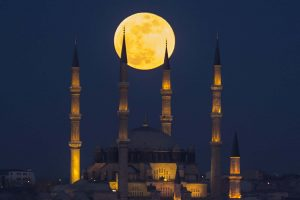The moon rises over the Selimiye Mosque in Edirne, Turkey Photograph: Anadolu Agency/Getty Images Tech Urdu