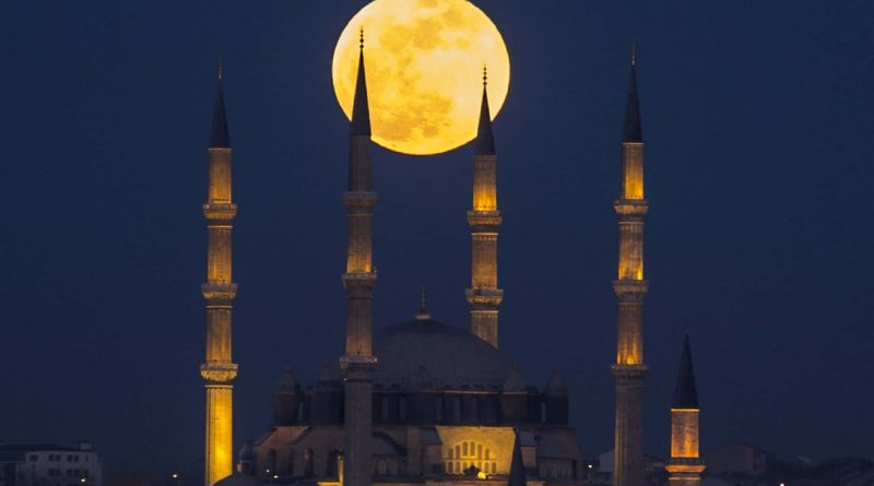 The moon rises over the Selimiye Mosque in Edirne, Turkey Photograph: Anadolu Agency/Getty Images Tech Urdu Super Blue Blood Moon